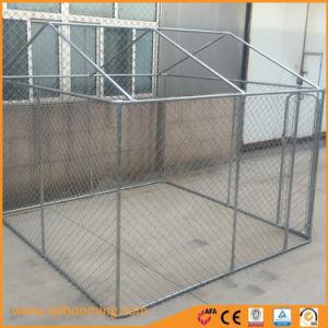屋外の大型のチェーン・リンク囲まれた犬の犬小屋