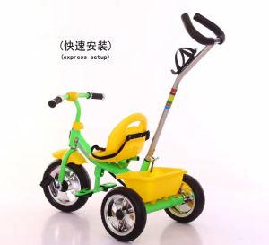 押し棒が付いている赤ん坊の三輪車