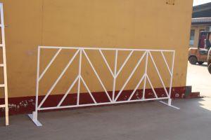 Multitud de metal a distancia de la barrera de carretera