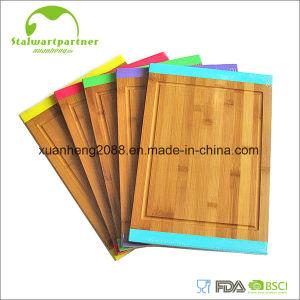 Tarjeta de corte de bambú con la maneta del metal