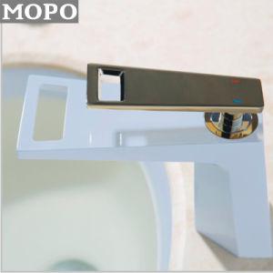 Sanitarywareの真鍮の洗面器の台所の流しの滝のコック