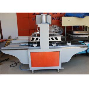 Il vapore che riveste di ferro la macchina calda della pressa per la biancheria intima rinforza il legame
