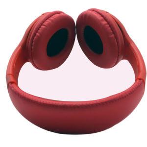 耳のBluetoothの携帯電話のイヤホーンの赤に現実的