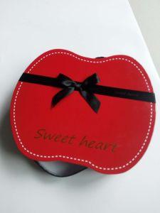Appleの形バレンタインデーのリボンが付いている紫色のペーパーチョコレートボックス