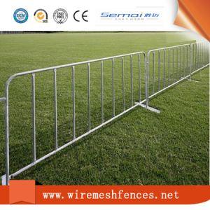 Temporal barrera valla de malla metálica en carretera.