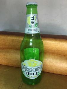 膨脹可能なビール瓶を広告する机で小型