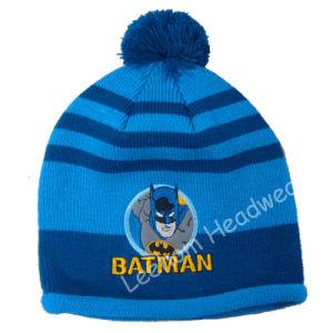 冬の方法によって編まれる子供の子供帽子か帽子