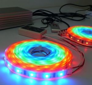 Tira del RGB LED con el regulador