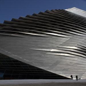 外壁は装飾的な金属のパネルのモジュラー区分にパネルをはめる