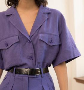 Botão roxo camiseta com botão de carga bolsos