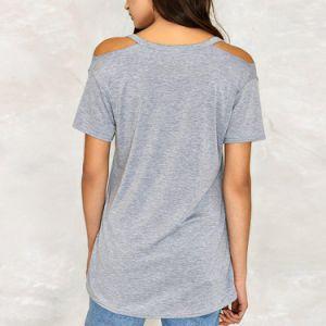 여자는 짧은 소매 t-셔츠를 냉대한다