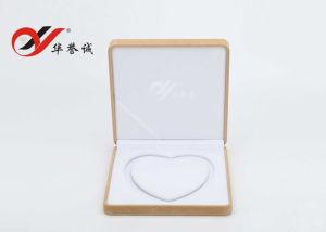 Contenitore giallo di collana della perla del cuore del velluto