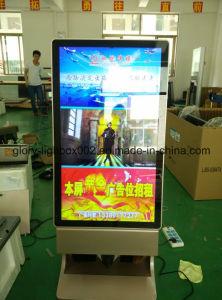 LCD 위원회 Kisok 전시를 서 있는 두 배 옆 게시판 지면