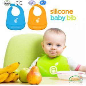 Babero de bebé de silicona super resistente al agua con ranura de los alimentos