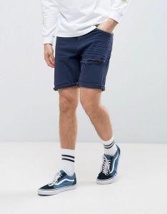 Gli Shorts del denim degli uomini nella stirata dimagriscono blu scuro