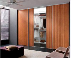 Houten Slaapkamer Kast : De decoratieve schuifdeur van de garderobe en van de kast stevige