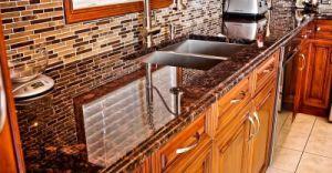 Nuturalは台所またはWorktopのベンチの上のためのタンブラウンの花こう岩のカウンタートップを磨いた