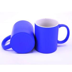 Mayorista de la fábrica de cerámica barata taza azul con logotipo de empresa