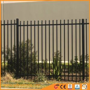 溶接されたアルミニウム庭の塀のパネルを通して