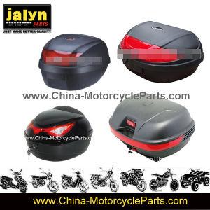 使用できる2つのヘルメットはオートバイの荷物ボックスの中に坐る