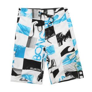 La spiaggia asciutta rapida degli uomini di modo mette gli Shorts in cortocircuito del surf di marca