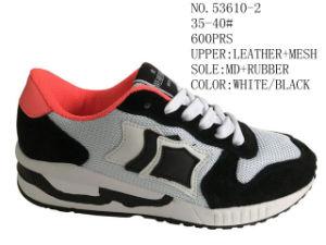 Dame blanche et grise Chaussures Chaussures de sport confortables en plein air Stock