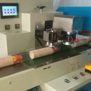 Una fila de la Copa de papel recuento y la máquina de embalaje