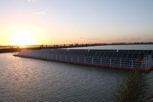 Produzione di energia fotovoltaica del pontone dell'HDPE