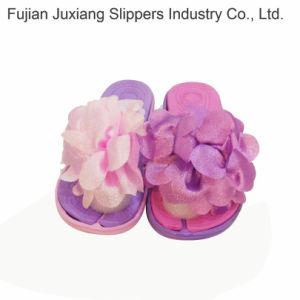 Fille du EVA pantoufles avec une belle décoration florale