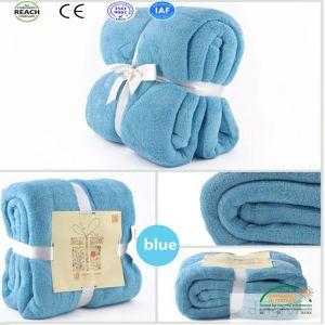 طفلة اللون الأزرق مرجان صوف رمي غطاء في وشاح نطاق تعليب