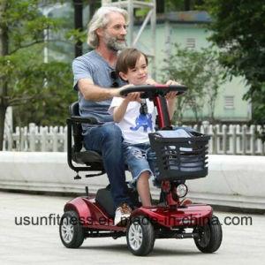 年配の電気移動性旅行スクーターを折る4つの車輪が付いている電気移動性のスクーター