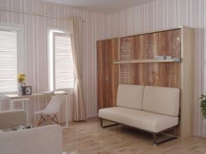 Inclinaison verticale mur avec un canapé-lit Murphy et étagère