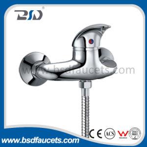 ハンドルの真鍮のクロムによって露出される壁に取り付けられたシャワーのミキサーのコックを選抜しなさい