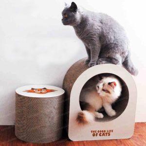 ボードをスクラッチしているペーパー波形の自然なペット木のマット猫