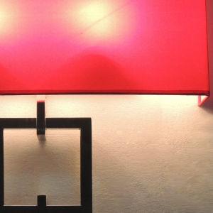 Praça moderno interior tecido vermelho e a parede do tubo de metal Sconce