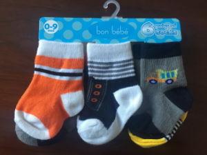 Stock de venta al por mayor baratos coloridos calcetines de los niños de tres tamaños
