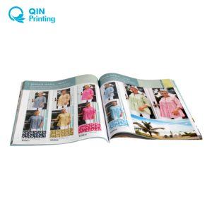 A4カタログの印刷に着せている女性