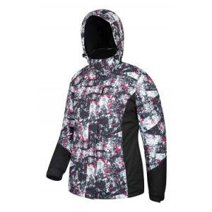 女性スキー摩耗の雪は普及したジャケットを遊ばす