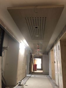 Folheado de madeira teto com orifícios de absorção acústica para hotéis