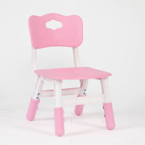A tabela plástica dos melhores miúdos cor-de-rosa bem escolhidos dos produtos e 4 cadeiras ajustaram a escola colorida do divertimento do jogo da mobília Home
