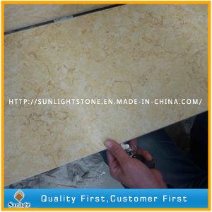 自然で黄色く明るいベージュ石造りの大理石の床および壁のタイル
