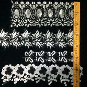 服装縫うファブリックアイボリーのクリーム色の黒いトリムの綿のかぎ針編みのレースファブリックリボンのハンドメイドのアクセサリのクラフト