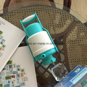 Einfache und preiswerte Plastikwasser-Pumpe mit Griff