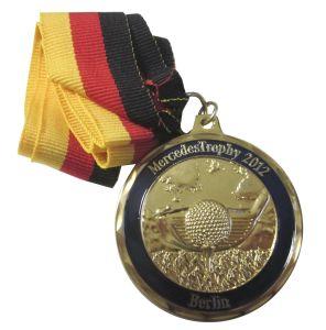 昇進のリボン(022)が付いている金によってめっきされる金属のメルセデスのトロフィメダル