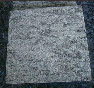 磨かれるオリーブ色の花こう岩のタイル