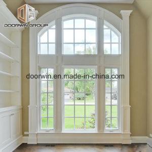 Hermosa ventana con el diseño de parrilla