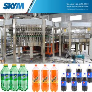 Completare la bottiglia di plastica di produzione che fa la macchina imballatrice