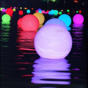 つけられたクリスマスはリモートが付いているLEDのクリスマスの照明の装飾的な球を飾る
