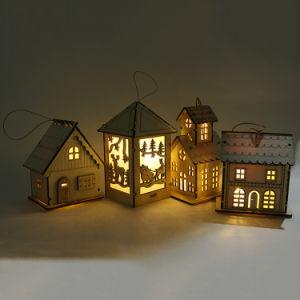 Het Decor van het huis Weinig Houten Huis met de LEIDENE Lichte Decoratie van Kerstmis