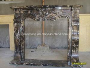 暗いEmperadorの石造り暖炉の環境または大理石の暖炉か石造り暖炉